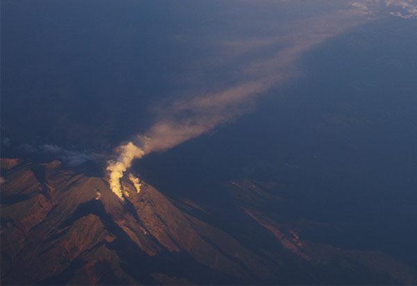 噴火した御嶽と流れる噴煙
