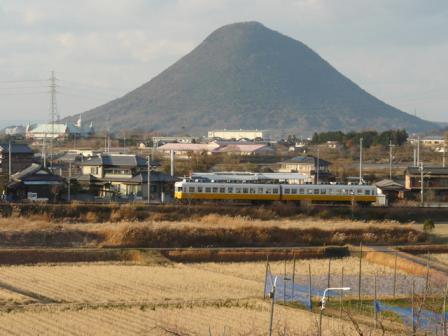 ことでん の電車と讃岐富士 (飯野山) 1