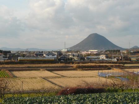 ことでん の電車と讃岐富士 (飯野山) 2