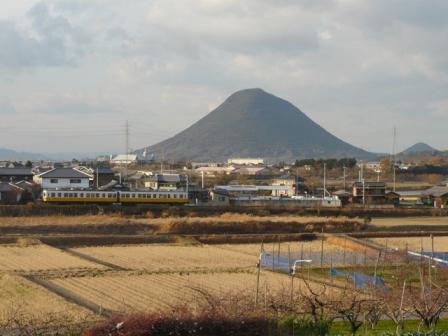 ことでん の電車と讃岐富士 (飯野山) 3