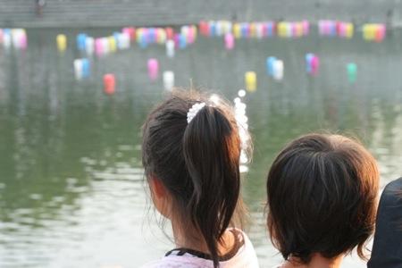 灯籠流しを見る子供たち 2