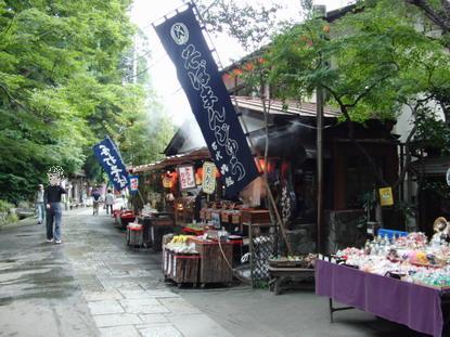 深大寺前の通り
