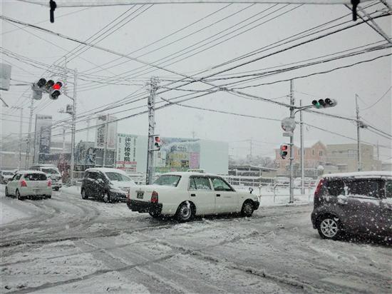 大雪の交差点