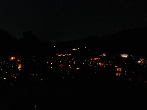 会場一面に竹灯篭の灯火