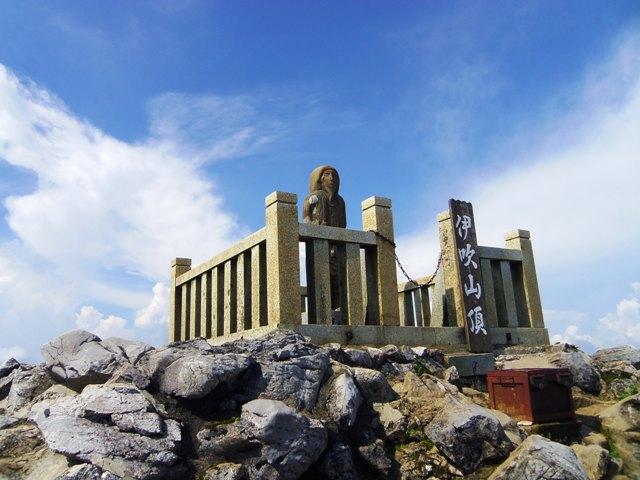 山頂のヤマトタケル像