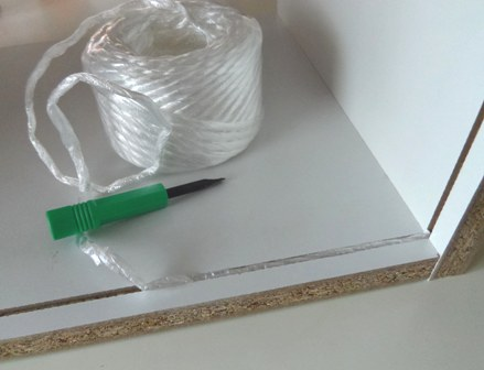 ロープで棚板を抜いた隙間埋め。