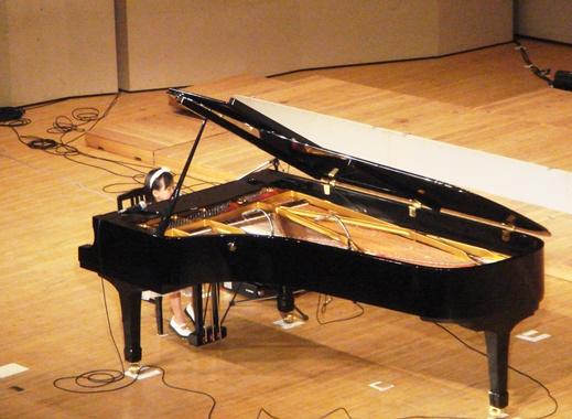 20080824初めて会った時のひらりちゃんピアノが大きい