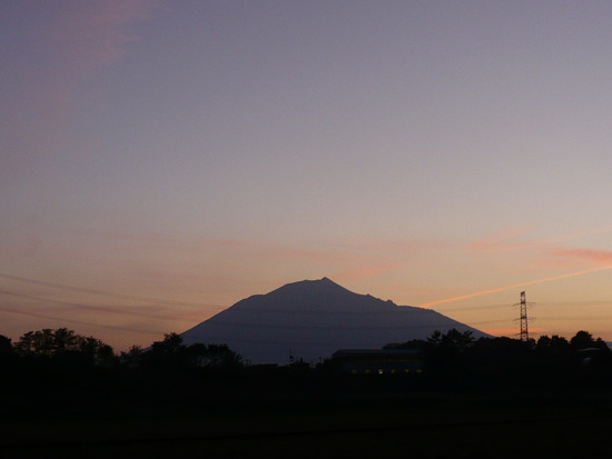 夕暮れの岩手山