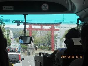 920鶴岡八幡宮バスの中から鳥居を ブログ