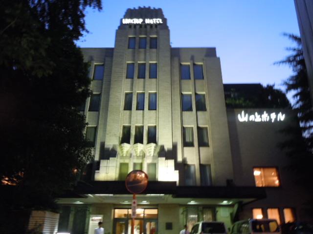 夜の山の上ホテル正面