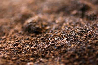 お茶の葉とコーヒー豆の消臭効果。