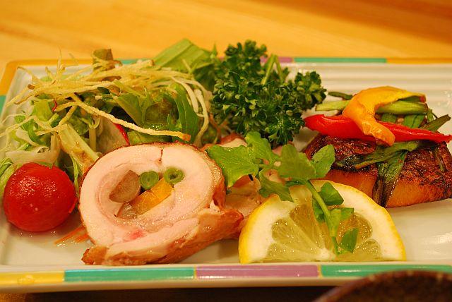 若鶏とスズキの香草焼き、サラダ野菜彩々