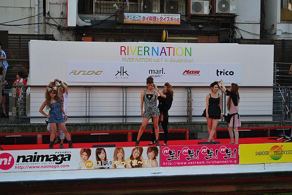 ステージでもファッションショーなど行われています。