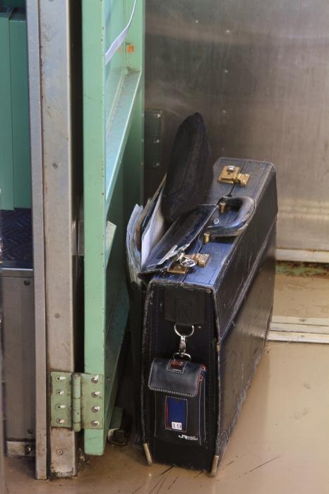 12.12.16 乗務員の荷物 105系車内(紀勢線)