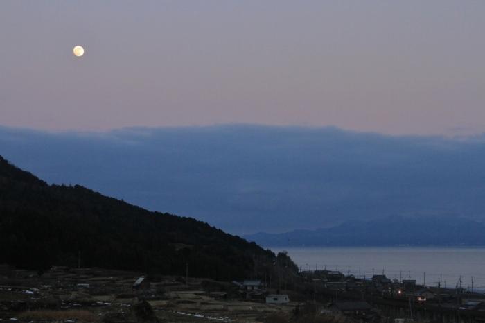 12.12.27 夕暮れの月の下を 北小松~近江高島