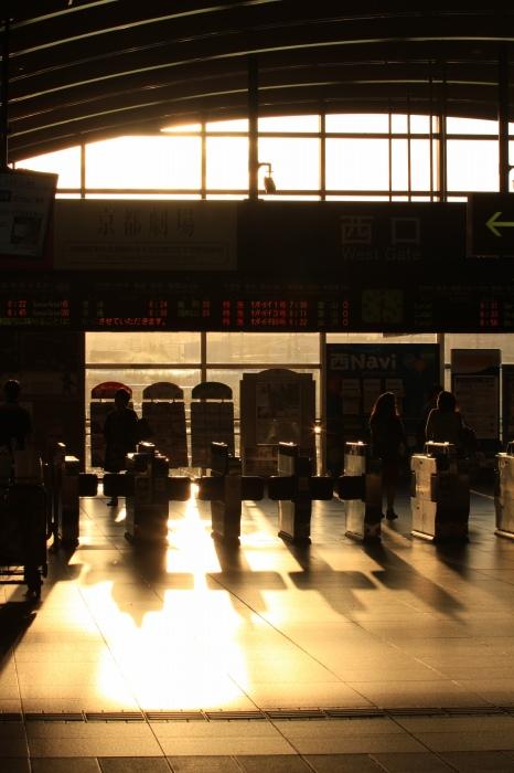 13.09.21 朝陽ふりそそぐ改札口 京都 70-300f4-5.6L