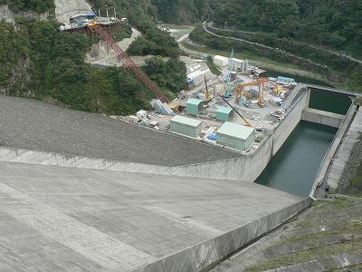 徳山ダムの余水ばけです。巨大です。