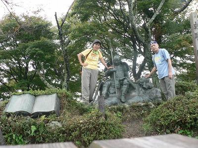 山頂付近には戦いに疲れた戦士の像が