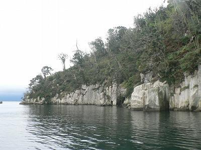 竹生島は岩山です