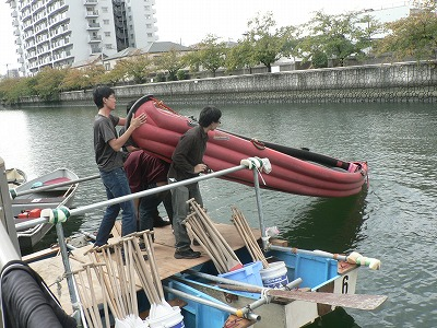 台船から城北川に下ろします