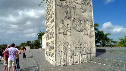ゲバラ廟の前にあるモニュメント