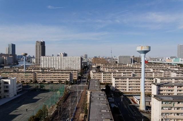 都営辰巳一丁目アパートの住棟と3基の給水塔