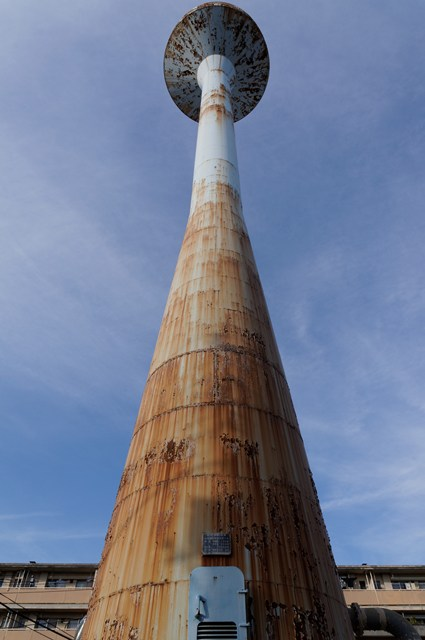 下から見上げた都営辰巳一丁目アパート給水塔1号