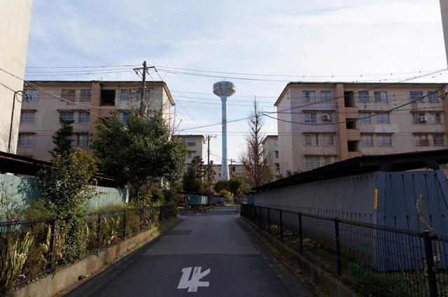 都営辰巳一丁目アパート給水塔1号と住棟