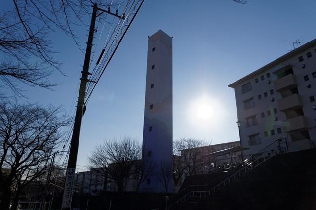 逆光の中の公団宮向団地給水塔
