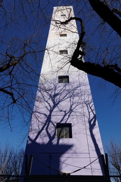 下から見上げた公団宮向団地給水塔