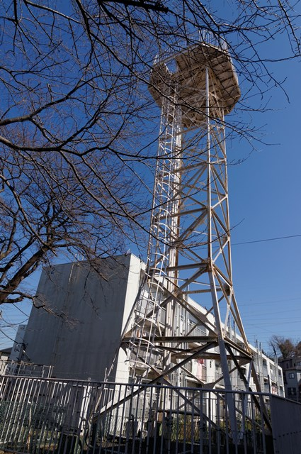 西側から見た神奈川県営柏尾団地の給水塔