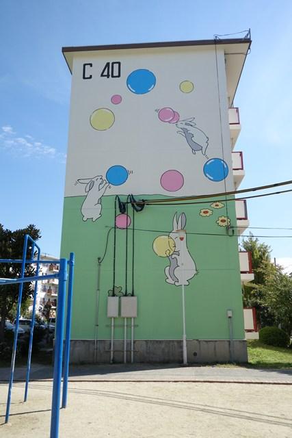 公団寝屋川団地の風船うさぎ壁画