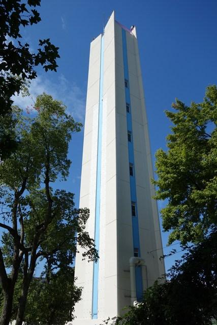 下から見た塗替え後の公団寝屋川団地給水塔