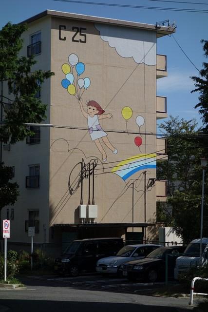 塗替え後の公団寝屋川団地風船少女壁画