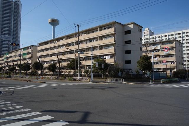 都営辰巳一丁目アパート2号給水塔と交差点