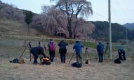 勝間薬師堂の枝垂れ桜の撮影準備をするカメラマン