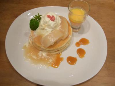 パンケーキママVoiVoi((季節限定)平井さんの完熟桃たっぷりのパンケーキ〈桃ジュレとサバイヨンソースを添えて〉¥1250)