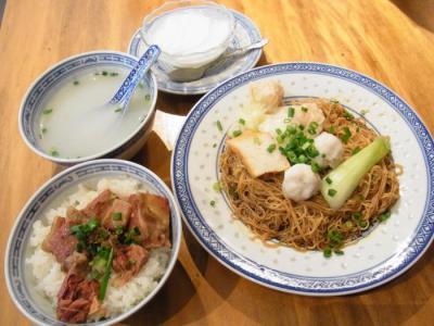 香港麺 新記(Bセット(ワンタンつみれつゆなし麺(香港麺)・牛バラ飯・杏仁豆腐)¥900 )