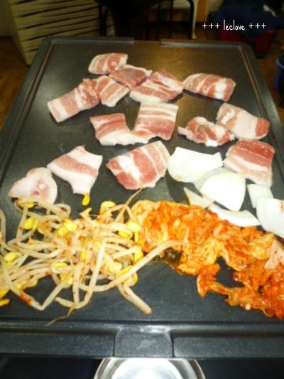 お肉が並びました。脂が落ちるように傾いてます