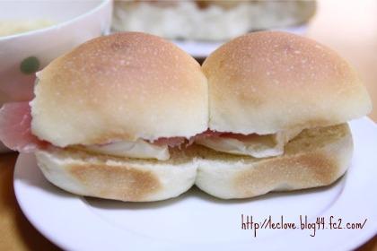 ちぎりパンで生ハムとクリチのサンド