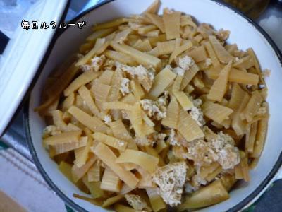 ご飯が炊きあがったら、筍の煮たのをのせます