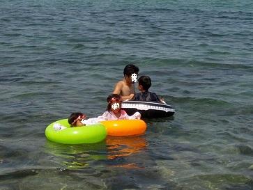 子供と遊ぶ海