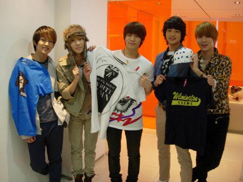 SHINee-member-charityauction1107.jpg