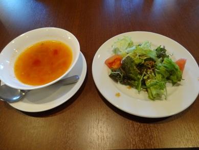 アマルフィコースのミネストローネスープとサラダ