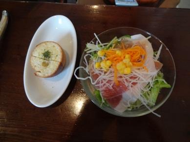 Aランチのサラダとパン