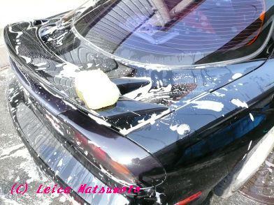 たっぷり泡をつけて洗車