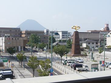 坂出駅南口と飯野山(讃岐富士)