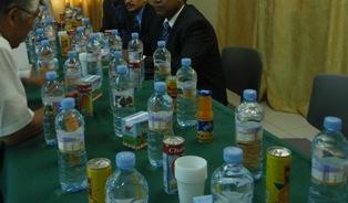 テーブル一杯の水とジュース