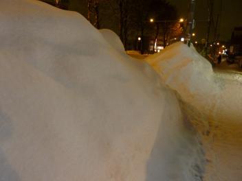 歩道の雪山