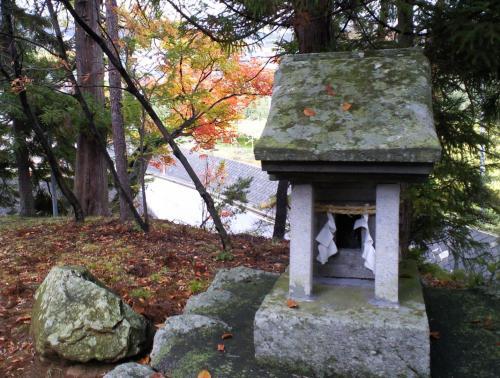 神社内の祠(26.11.1)
